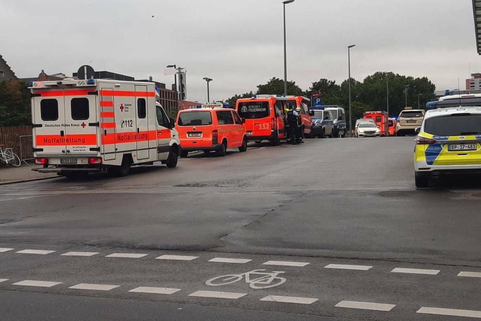 Ein Großaufgebot von Polizei und Feuerwehr steht am Freitagabend vor dem Ostbahnhof.