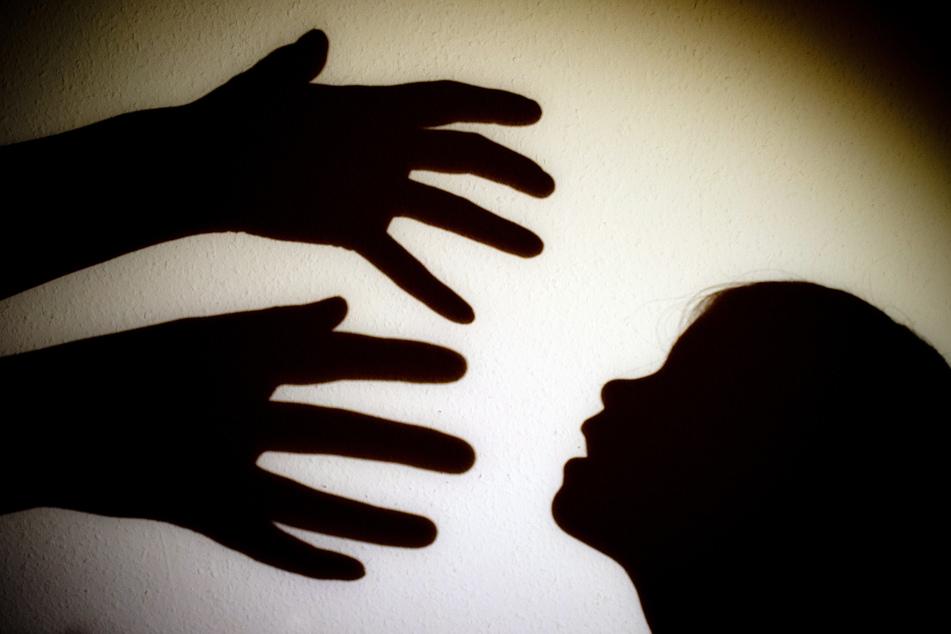 Mann soll seine Nichten 30 Mal missbraucht haben: 49-Jähriger vor Gericht