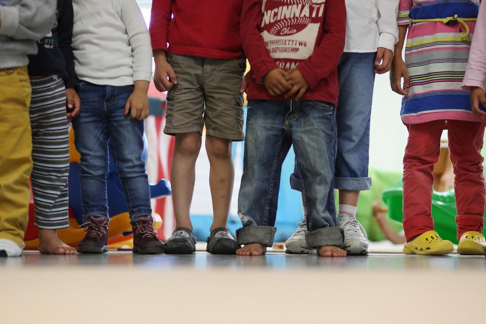 Kinder stehen im Rahmen eines Medientermins in einem Kindergarten. (Archivbild)