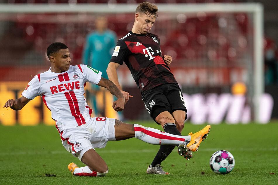 Kölns Ismail Jakobs (l.) und Bayerns Joshua Kimmich kämpfen um den Ball.