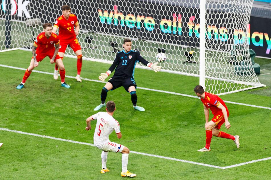Tag des offenen Tores! Joakim Maehle (2.v.r.) legt kurz vor Schluss unbedrängt das 3:0 für Dänemark nach.