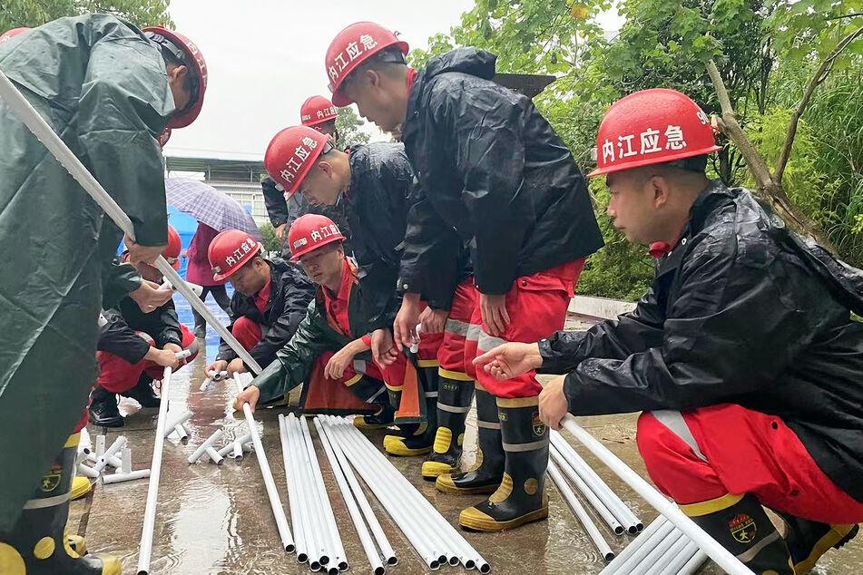 Rettungskräfte bereiten sich darauf vor, Zelte in der südwestchinesischen Provinz Sichuan aufzustellen.
