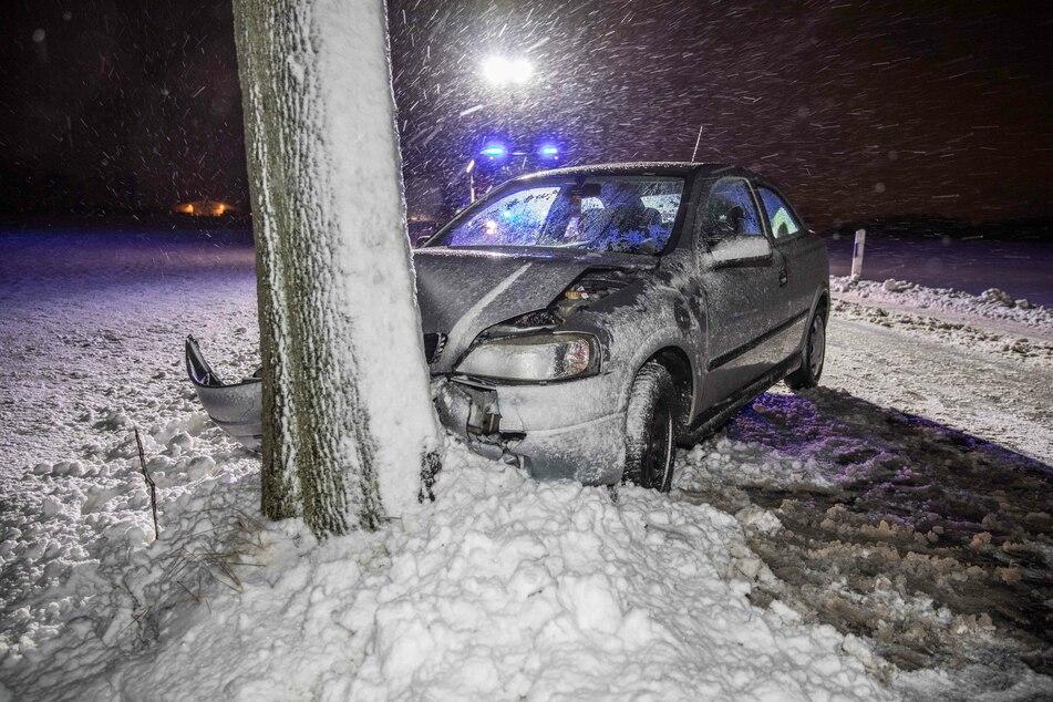 Baum-Crash bei Freiberg: Ein Opel-Fahrer verlor auf der Hainichener Straße die Kontrolle über sein Fahrzeug.