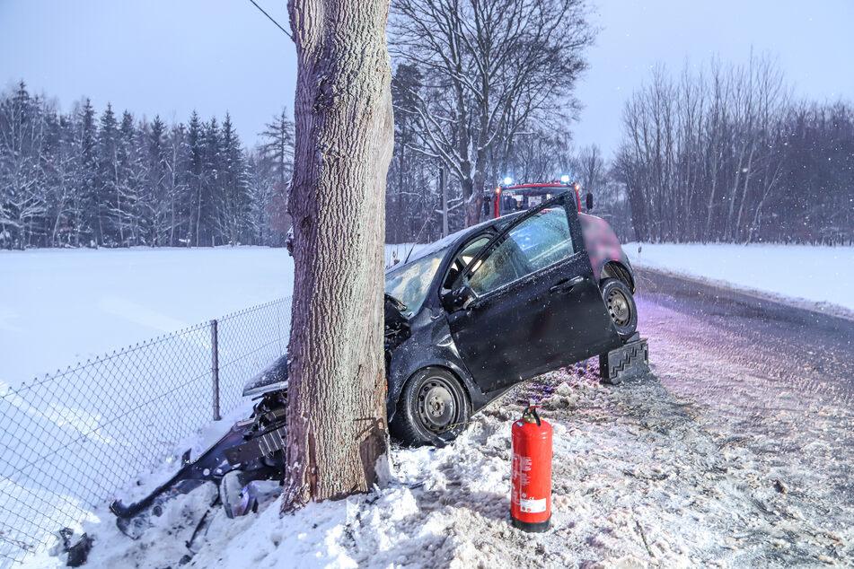 Baum-Crash auf der S255 bei Oelsnitz: Eine Ford-Fahrerin verlor offenbar die Kontrolle über ihr Fahrzeug und krachte gegen einen Baum.