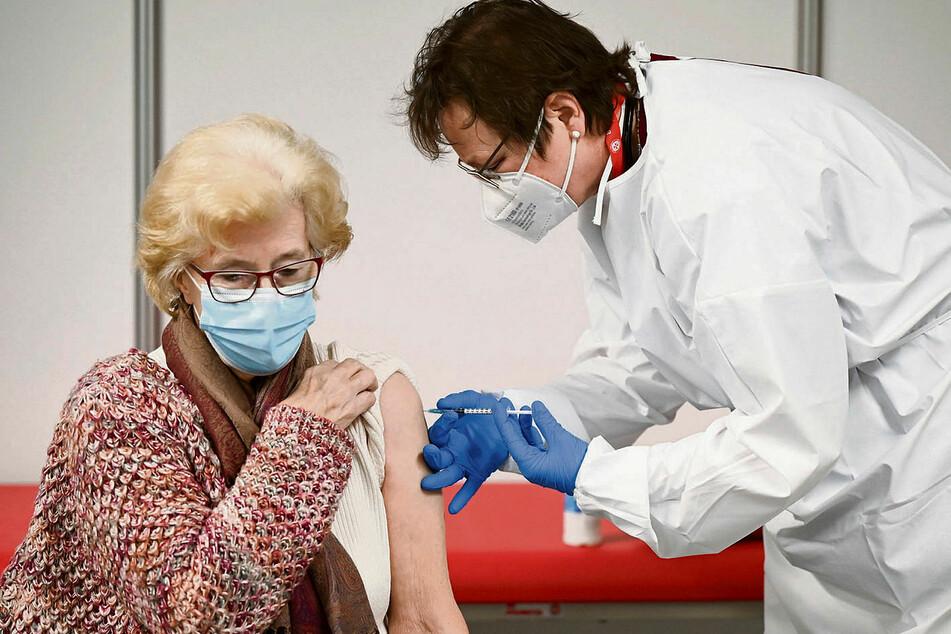 Gerda Müller (86, l.) aus Bad Nauheim wird in einem hessischen Impfzentrum von einer Ärztin mit dem Präparat von Biontech/Pfizer geimpft.