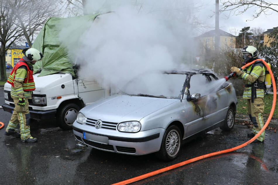 Dresden: Feiertagseinsatz der Feuerwehr: VW steht in Gorbitz in Flammen!