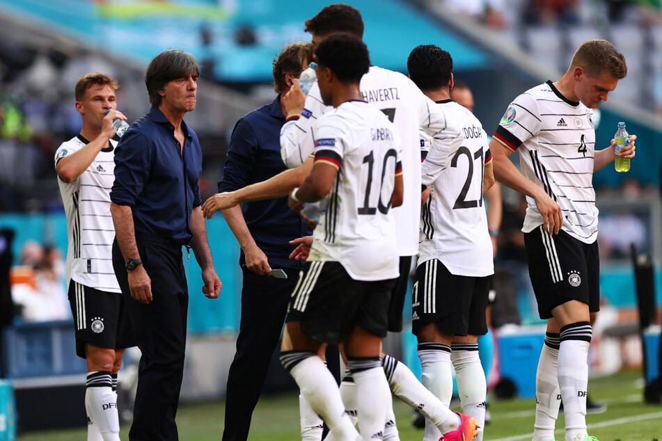 Die deutsche Nationalmannschaft spielte erkennbar für Joachim Löw (61, 2.v.l.), zeigte Herzblut, Biss und Leidenschaft. Dazu brannte sie phasenweise ein Offensivfeuerwerk ab und eroberte so die Herzen einiger Zuschauer zurück.