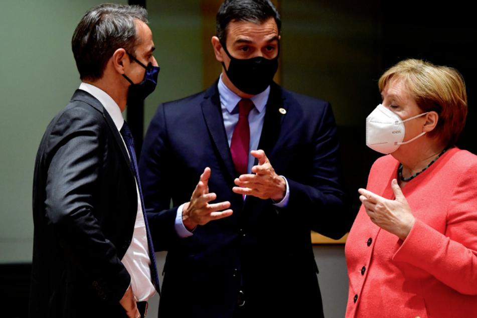 Belgien, Brüssel: Kyriakos Mitsotakis (l), Ministerpräsident von Griechenland, Pedro Sanchez, Ministerpräsident von Spanien, und Bundeskanzlerin Angela Merkel während eines Gesprächs im Rahmen des EU-Gipfels.