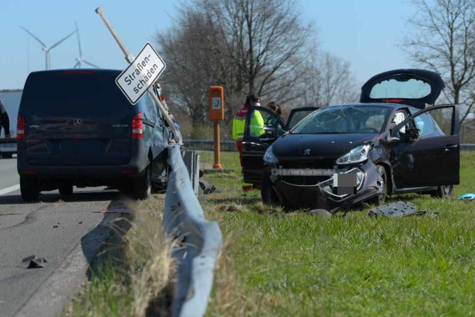 Peugeot überschlägt sich bei Unfall, Fahrerin wird eingeklemmt