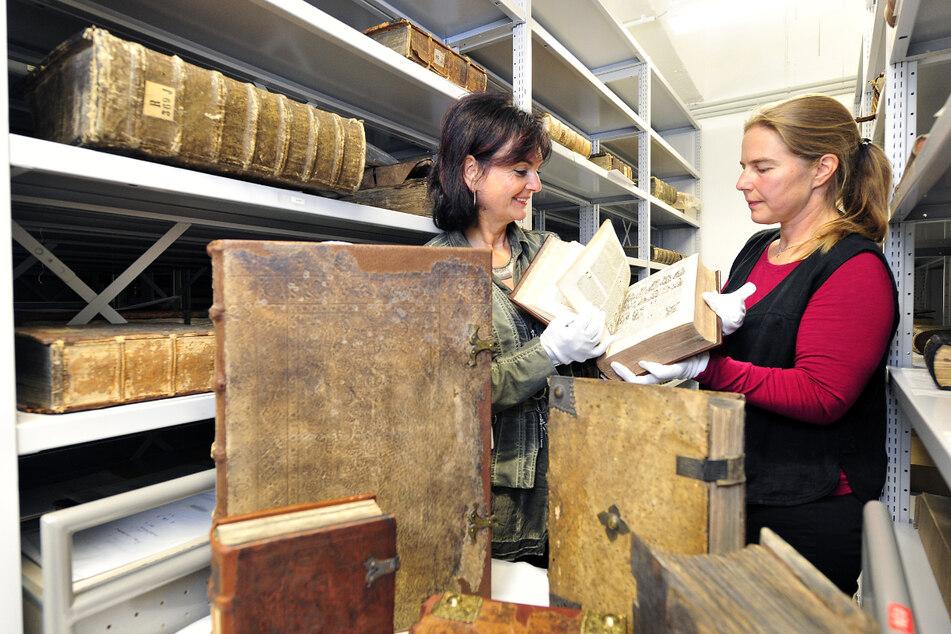 Elke Beer und Ina Potts (TU-Bibliothek) zeigten 2011 wertvolle historische Schriften aus dem Bestand.