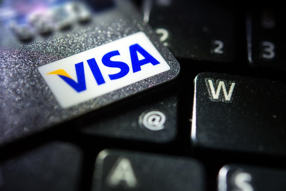 Eine Visa-Kreditkarte liegt auf einer Computertastatur. Der US-Finanzkonzern erholt sich dank steigender Ausgaben seiner Kreditkartenkunden langsam von der Corona-Krise.