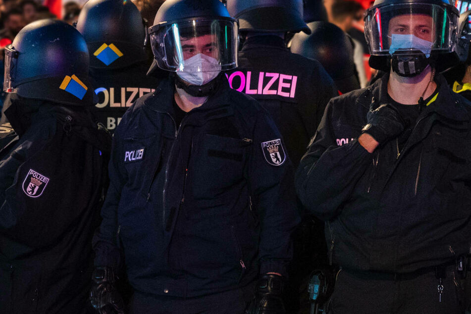 In der Nacht zu Sonntag sind bei Krawallen im Berliner James-Simon-Park 19 Einsatzkräfte der Polizei verletzt worden. (Symbolfoto)