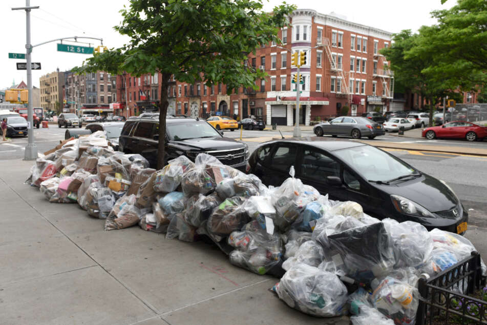 Aufgrund enormer Budget-Kürzungen sammelt sich in New York der Müll auf den Straßen.