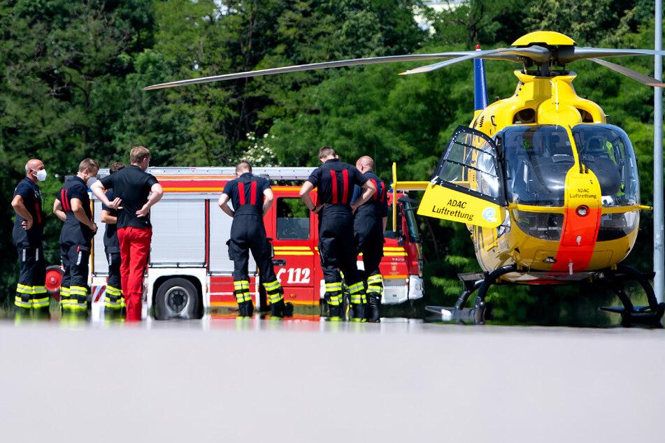 Unter anderem zwei Rettungshubschrauber sind im Einsatz. (Symbolbild)