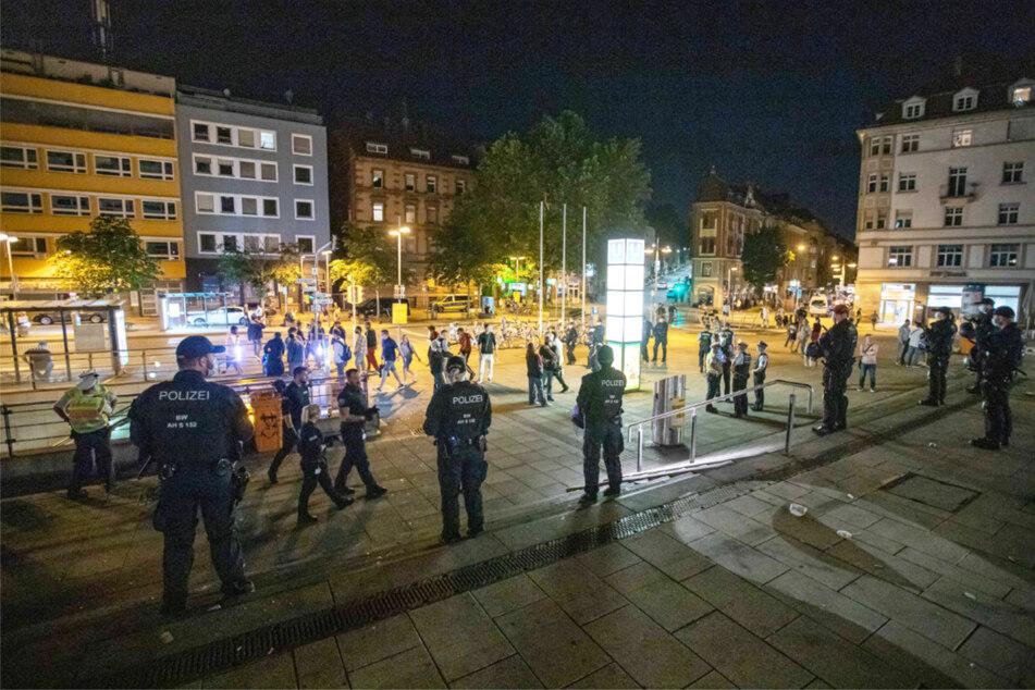 Polizeibeamte in der Nacht auf Sonntag in Stuttgart.