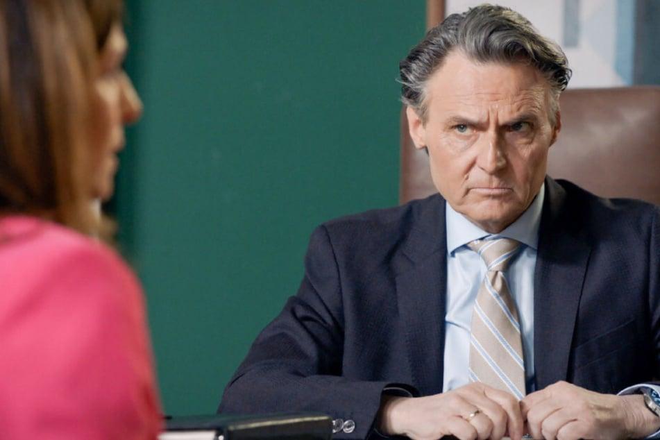 Katrin (Ulrike Frank) berät sich mit Gerner (Wolfgang Bahro) und muss erkennen, dass sie nur eine Option hat.