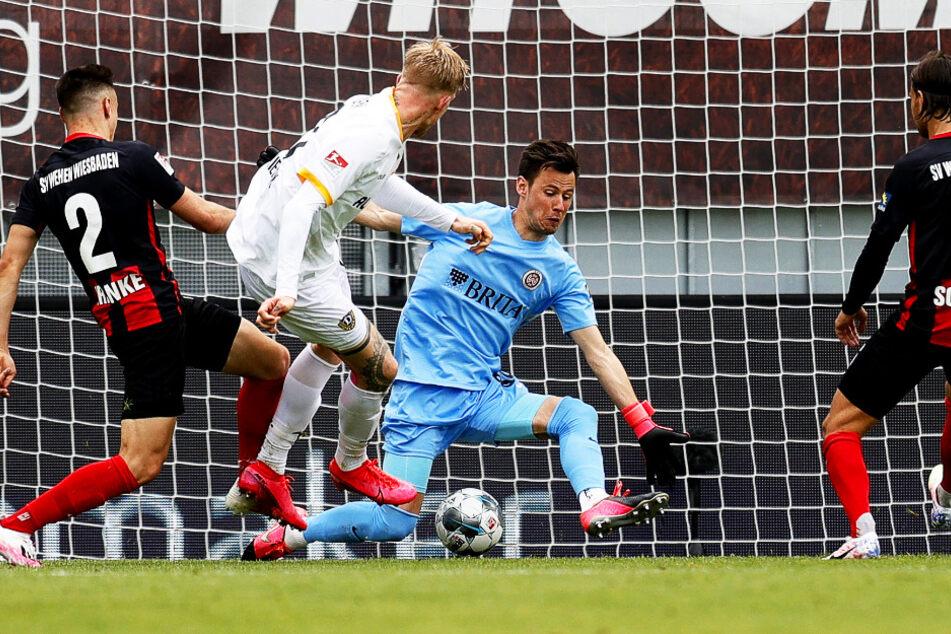 Der Siegtreffer für Dynamo! Simon Makienok zieht aus Nahdistanz ab und trifft zum 3:2.
