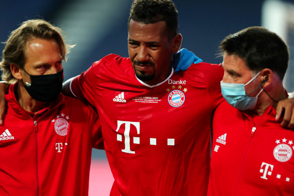 Jérôme Boateng (c.) came off injured in the 25th minute and Niklas Süle replaced him.