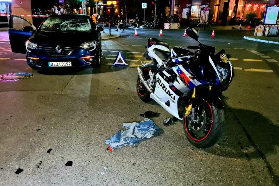 Im Vordergrund steht die Suzuki des verletzten Motorradfahrers. Im Hintergrund ist der Renault zu erkennen, dessen Windschutzscheibe durch den Aufprall völlig zerstört wurde.