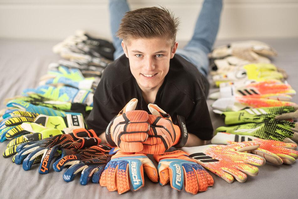 Hüter der Handschuhe: Arno Guderle (15) sammelt seit der Corona-Krise das Arbeitswerkzeug von Profi-Keepern.