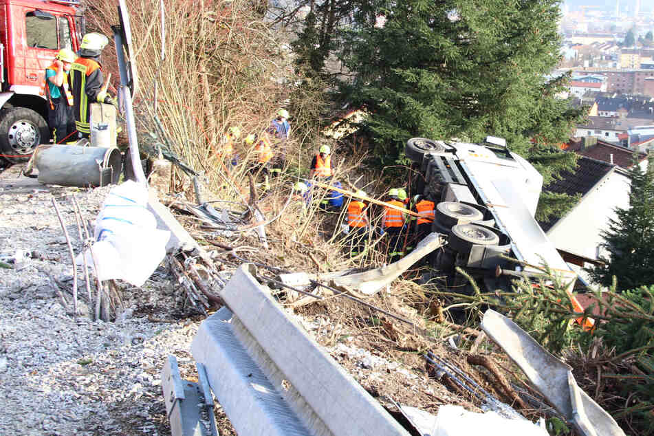 Lkw rutscht Böschung hinab: Gartenhäuschen verhindert Schlimmeres