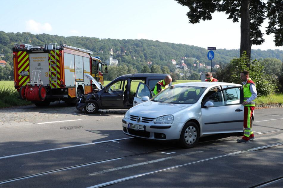 Die Kameraden der Dresdner Feuerwehr sicherten die Unfallstelle ab.