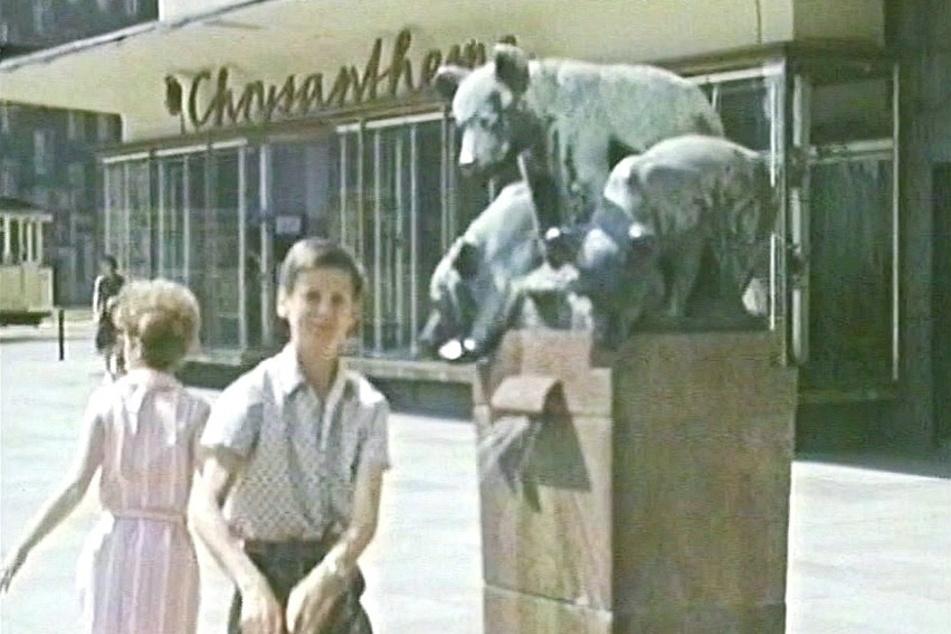 Hier erfreute der Bärenbrunnen noch die Kinder vor dem Sporthaus an der Theaterstraße.