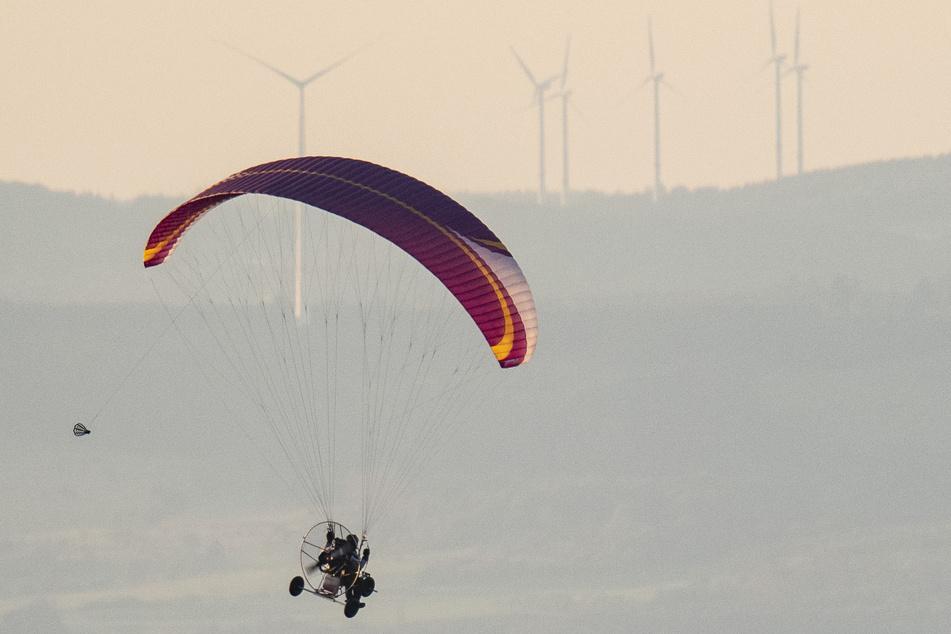 Die Polizei ermittelt gegen einen 57 Jahre alten Motorgleitschirm-Flieger - er soll mit zu wenig Abstand über Menschen hinweg geflogen sein. (Symbolbild)