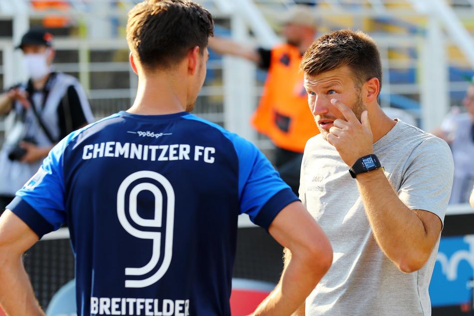 """""""Du musst mit Auge spielen"""", scheint CFC-Trainer Daniel Berlinski (r.) Stürmer Danny Breitfelder zu sagen."""