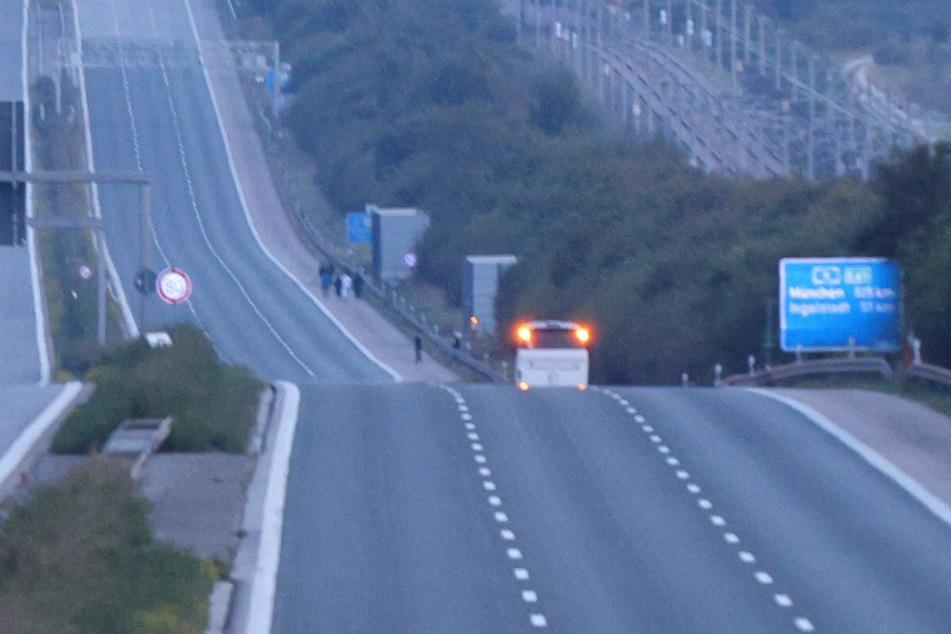 Der Reisebus hielt offenbar wegen eines Streits zwischen den Passagieren auf dem Standstreifen der A9.