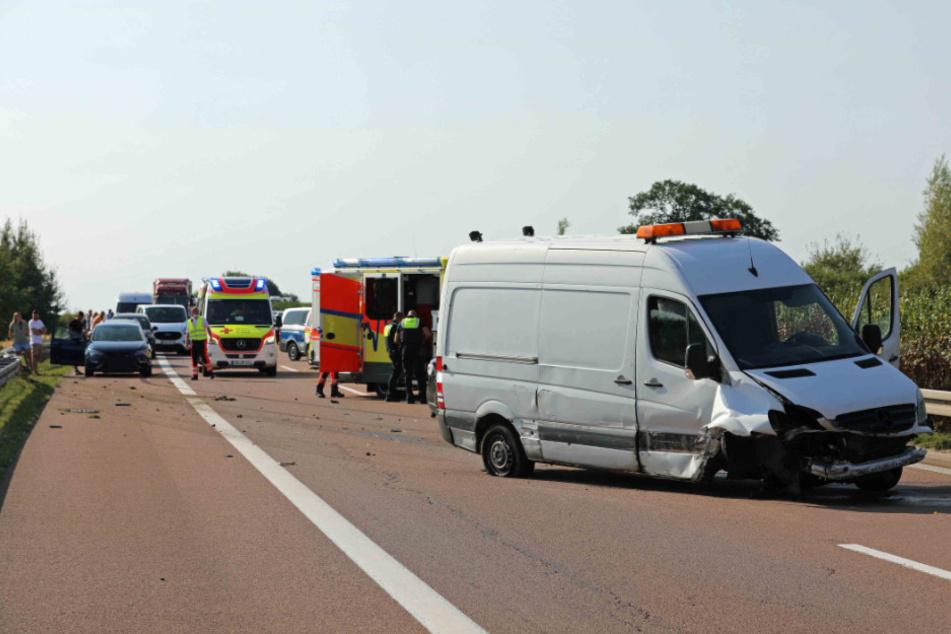 Transporter schleudert über A20, Autofahrer kann nicht mehr bremsen