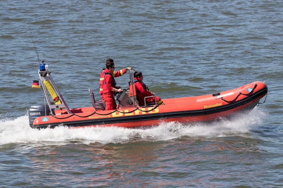 Die DLRG fuhr mit einem Rettungsboot zur Unfallstelle und zog die unverletzten Ruderer aus dem Wasser. (Symbolbild)