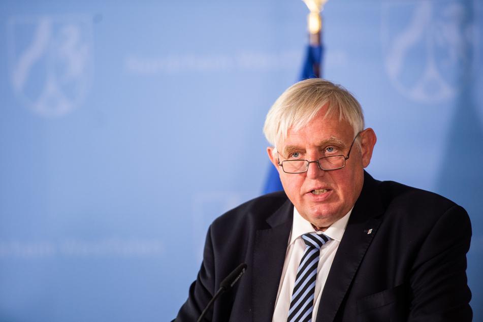 Lehrer und Pfleger sollten sich nach Überzeugung von NRW-Gesundheitsminister Karl-Josef Laumann (64, CDU) gegen das Coronavirus impfen lassen.