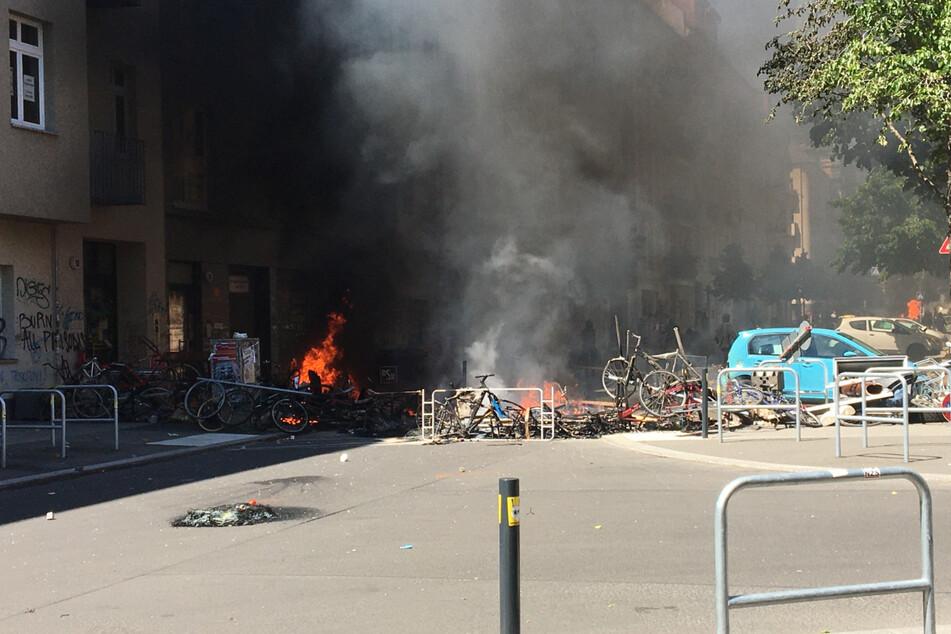 Linksaktivisten bauten eine Barrikade auf. Die Bewohner hatten heftigen Widerstand gegen die Brandschutzprüfung durch Eigentümer-Vertreter angekündigt.
