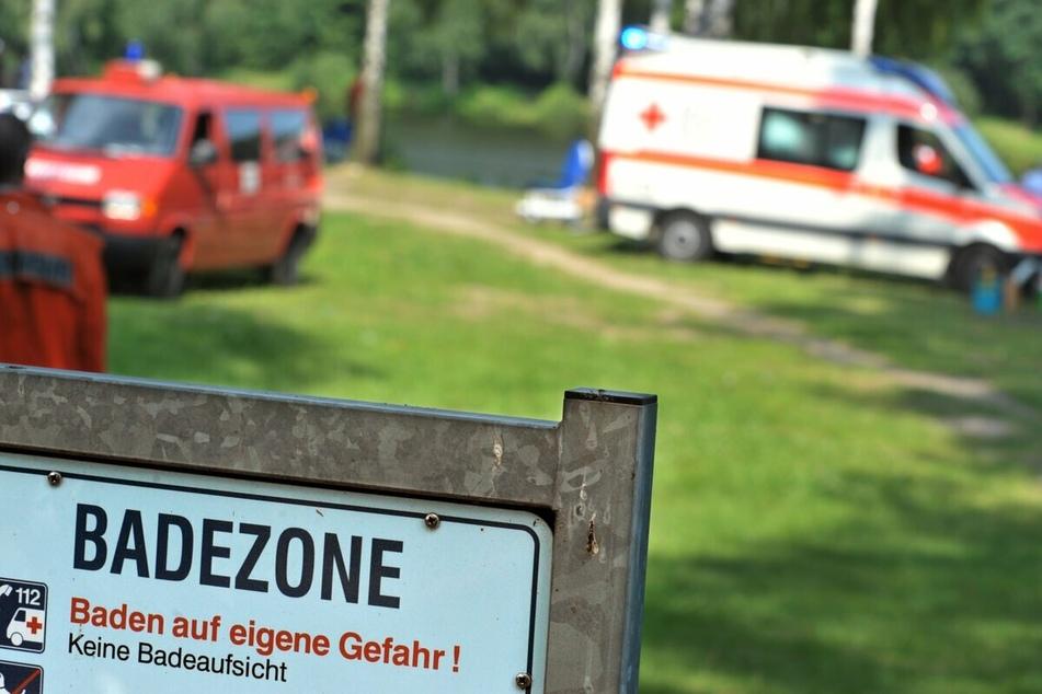 Rettungsautos stehen nach einem Badeunfall an einem See. Im Nordosten gab es schon zehn tödliche Badeunfälle in diesem Jahr. (Symbolfoto)