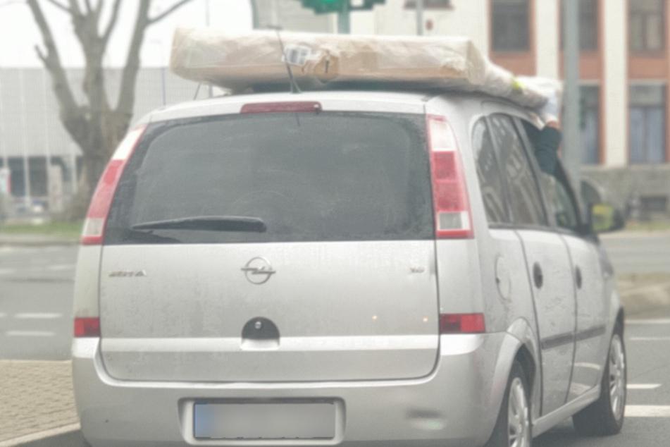 Ungesicherter Transport auf Autodach: Beifahrer sollte festhalten