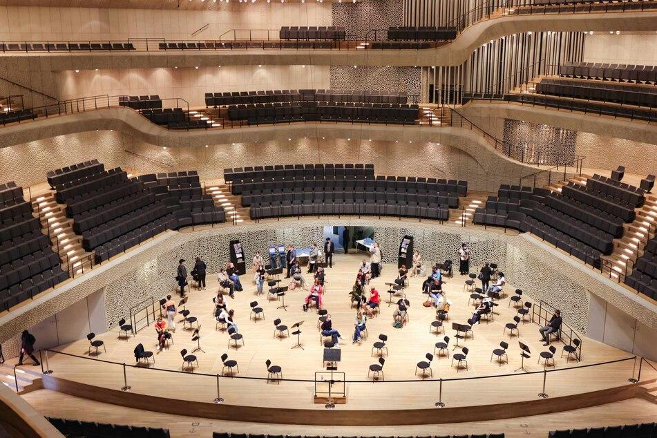 Nach ihrer Impfung ruhen sich die Patienten auf der Musikerbühne der Elbphilharmonie in Hamburg aus.