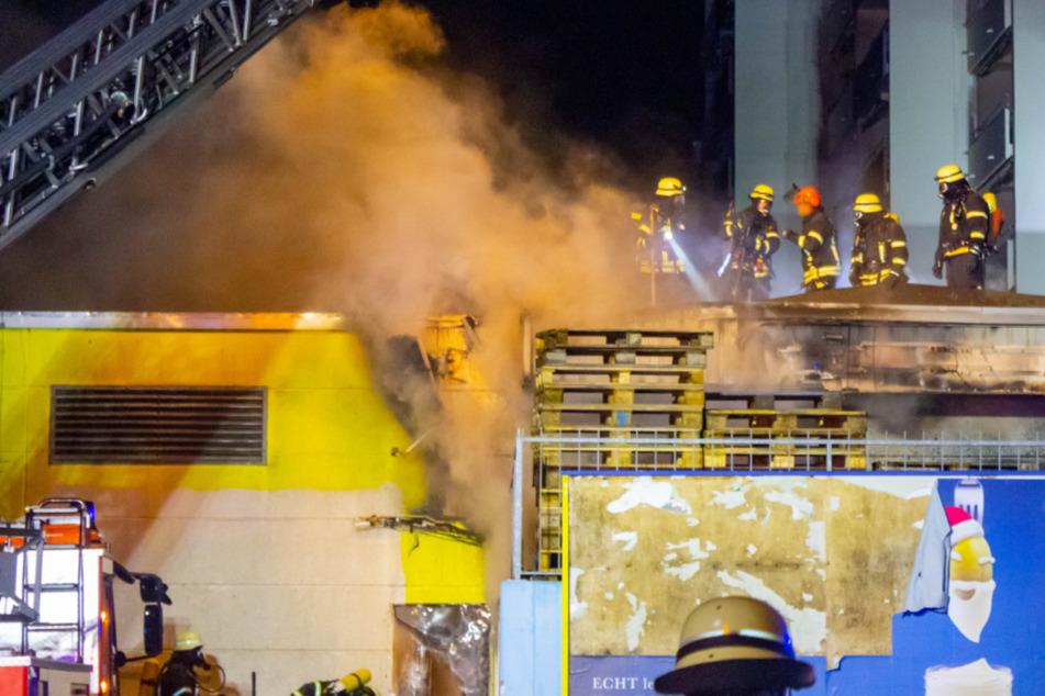 Altpapier fängt Feuer: Supermarkt in Flammen