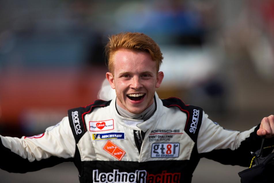 So sieht ein Sieger aus: Jonas Greif (20) jubelt nach einem gewonnenen GT4-Rennen.
