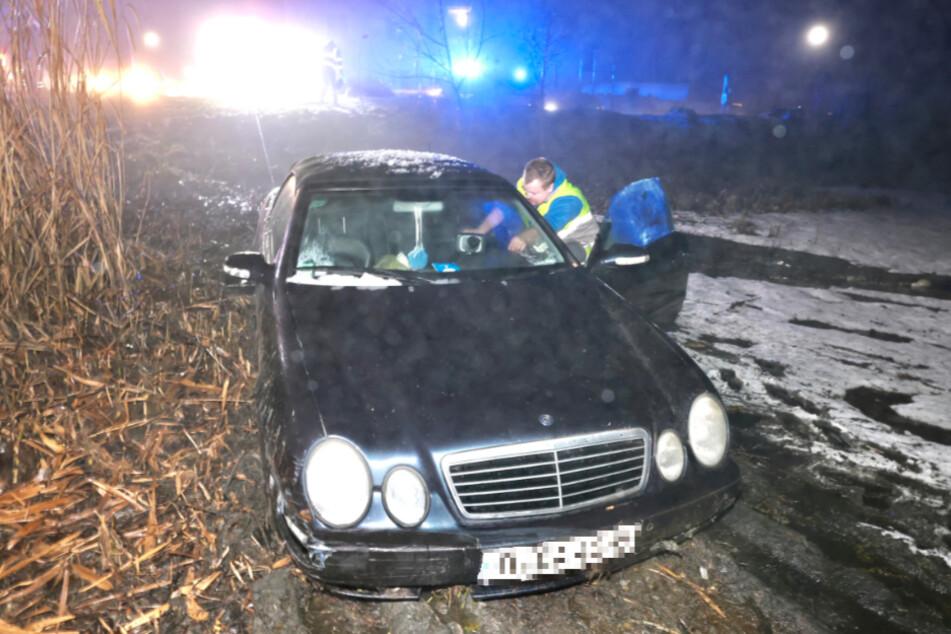 Der Mercedes landete im Dorfteich.