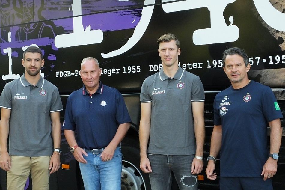 FCE-Präsident Helge Leonhardt und Chefcoach Dirk Schuster mit Philipp Klewin (2.v.r.) und Ognjen Gnjatic (l.) am Mannschaftsbus.