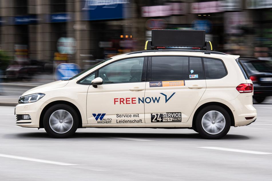 Ein Taxi des Taxi-Vermittlers Free Now (ehemals MyTaxi) fährt über eine Straße (Symbolbild).