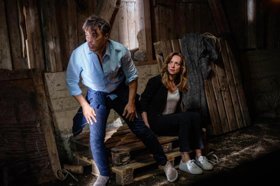 Ariane (Viola Wedekind, 43) und Robert (Lorenzo Patané, 44) wachen in einem Verschlag im Wald auf. Wie kamen sie hier hin?