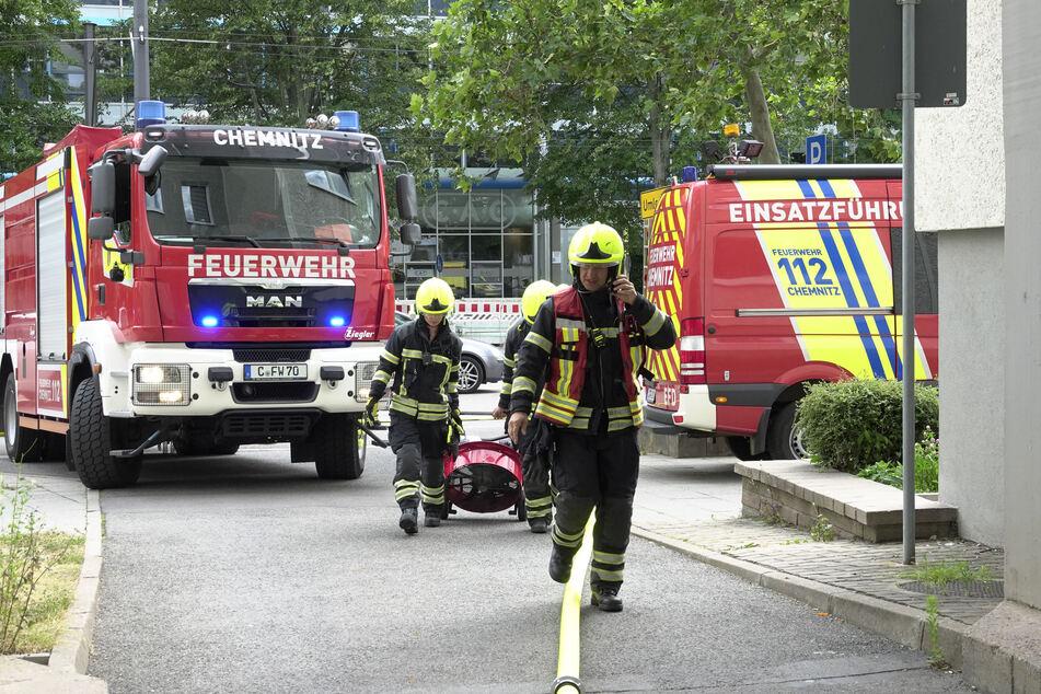 Die Feuerwehr war mit mehreren Einsatzfahrzeugen vor Ort, da in der Wohnung ein Bett in Brand gesetzt wurde.