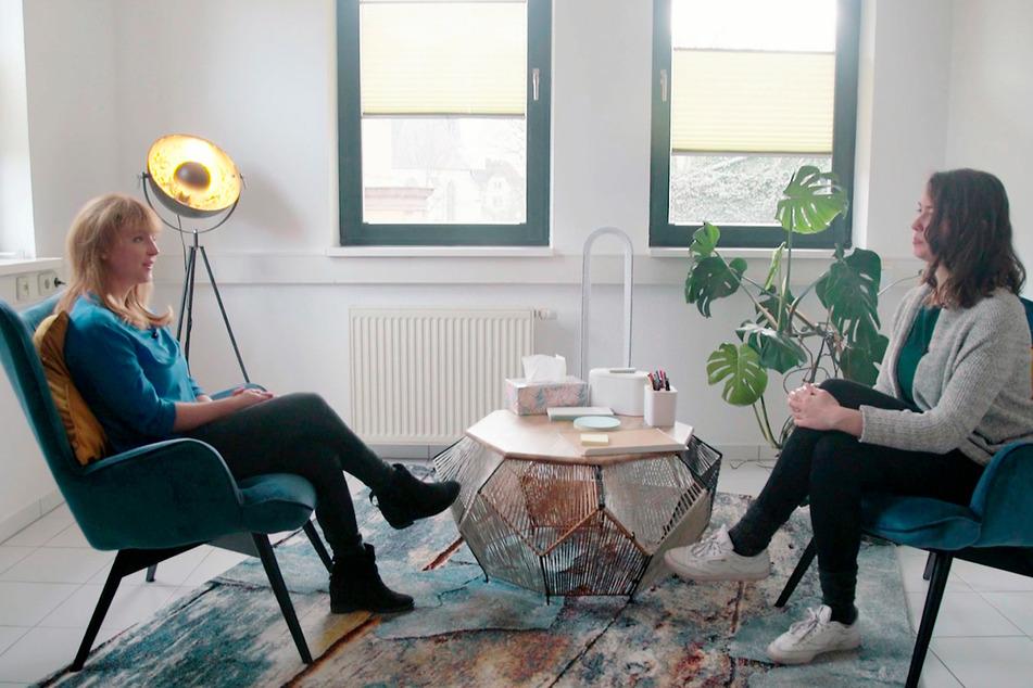 """Psychotherapeutin Annelene Frey (links) in ihrer Praxis im Gespräch mit MDR-Autorin Michaela Reith. """"Exakt – Die Story"""" ist am Mittwoch im MDR-Fernsehen zu sehen."""