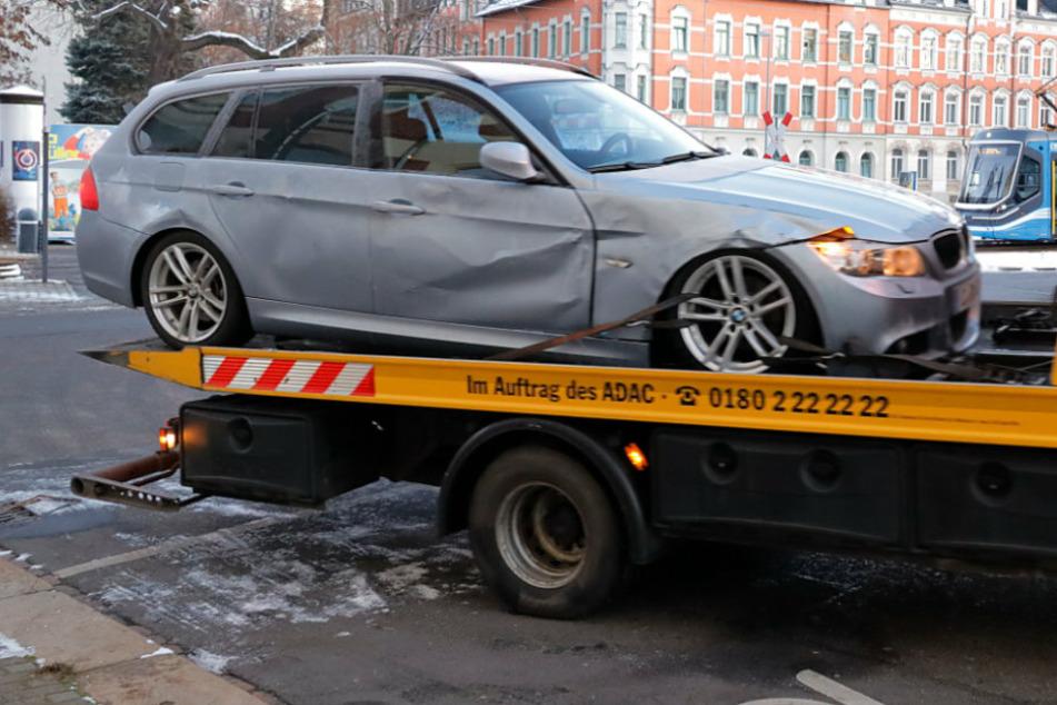 Der BMW musste nach dem Unfall abgeschleppt werden.
