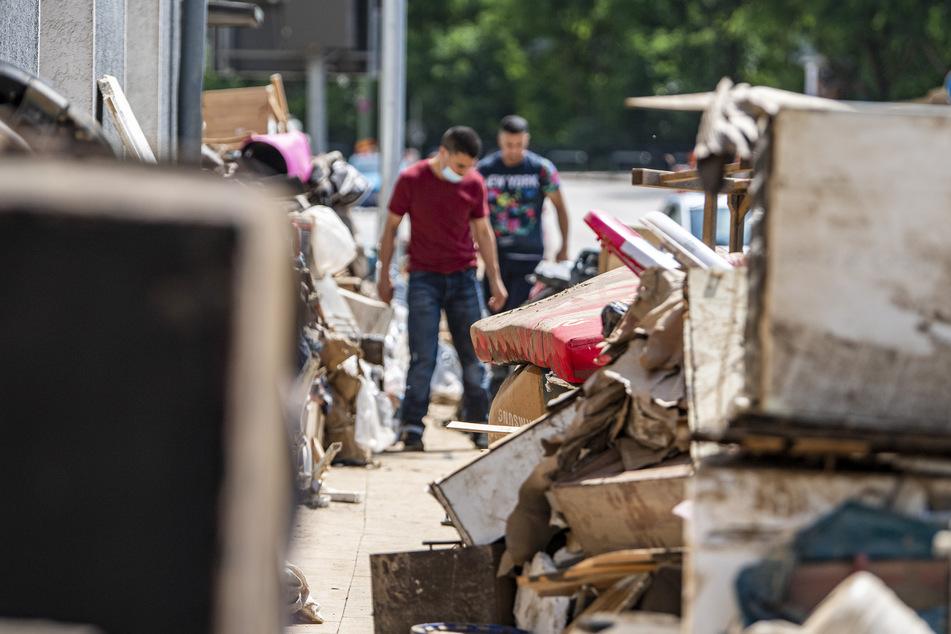 In Hagen (Südwestfalen) stellten Anwohner ihren durch das Hochwasser zerstörten Hausrat auf den Bürgersteig.
