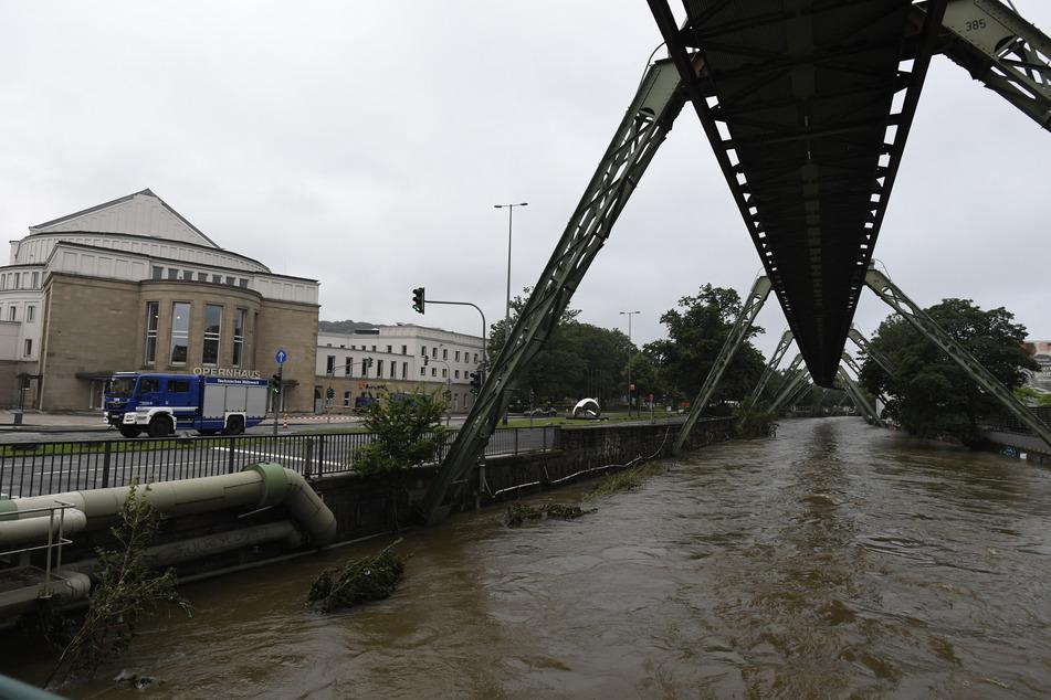 In Wuppertal trat die Wupper am vergangenen Donnerstag über die Ufer. Vor dem Opernhaus war die Lage vergleichsweise entspannt.