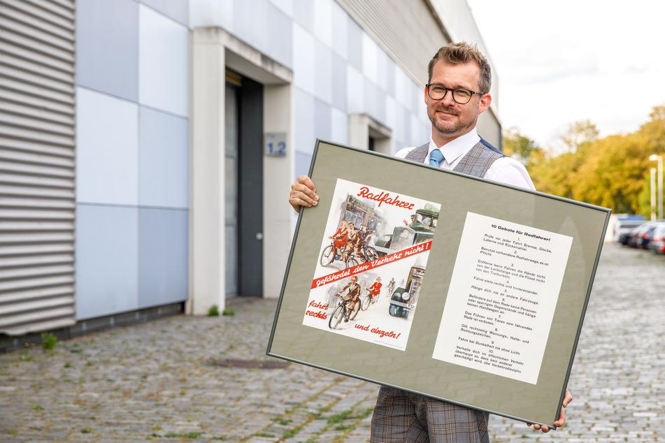 """""""Radfahrer: gefährdet den Verkehr nicht"""": Mit diesem 100 Jahre alten Schild wurde Baubürgermeister Schmidt-Lamontain (43, Grüne) verabschiedet."""