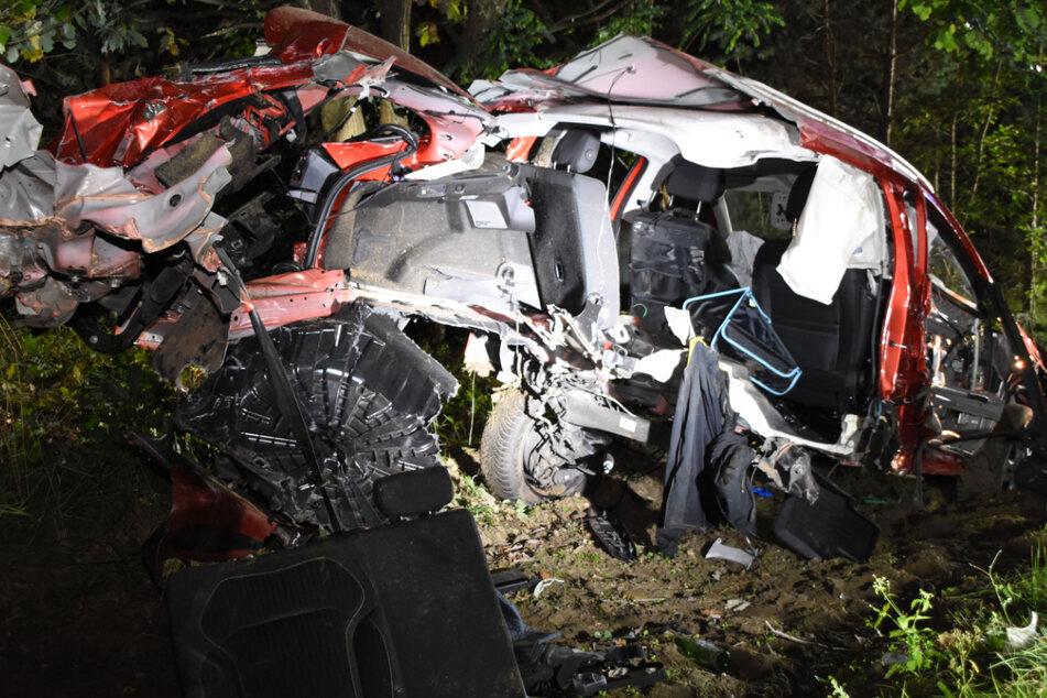 Das Auto ist nach dem Unfall nur noch ein Wrack.
